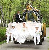 Ольга Кокорекина и Вадим Быков на тракторе въезжают в Белую дверь